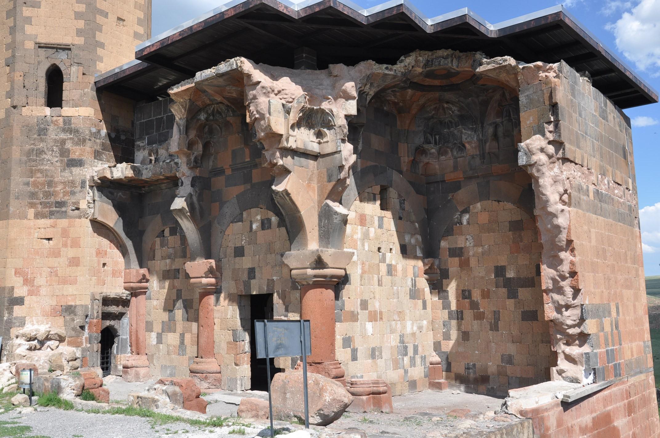 anadolu'daki-ilk-turk-camisi-ebul-menucehr-(5).jpg
