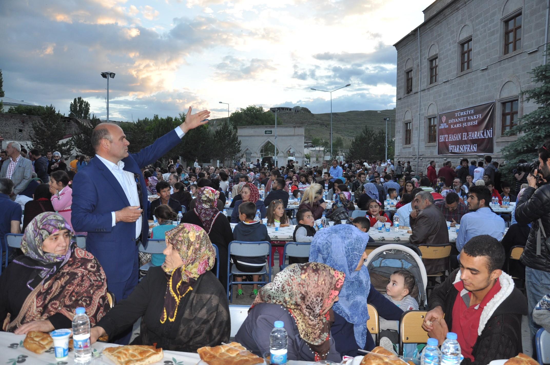 bakan-zeybekci-karsta-iftar-yemegi-(5).jpg