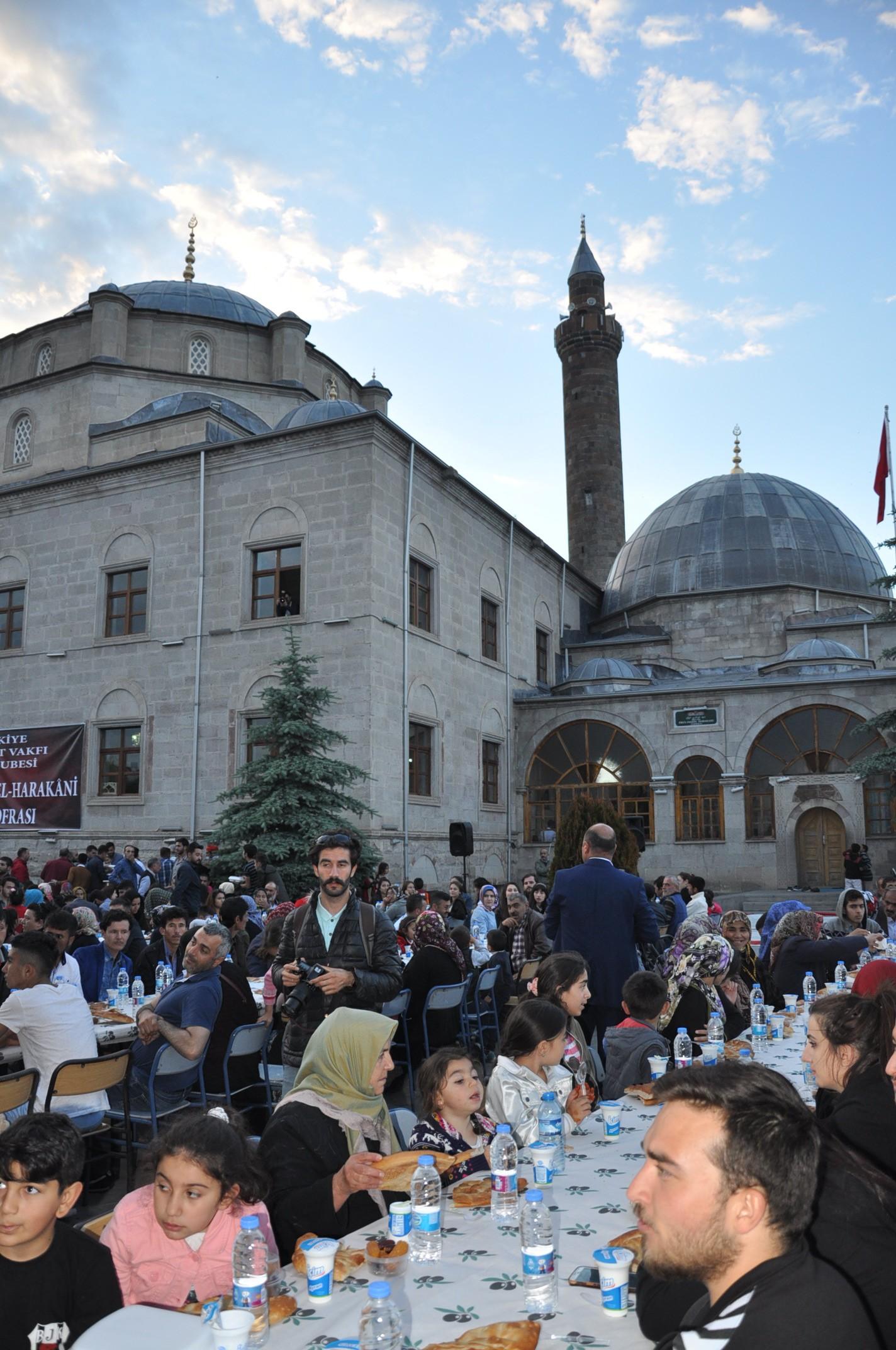 bakan-zeybekci-karsta-iftar-yemegi-(6).jpg