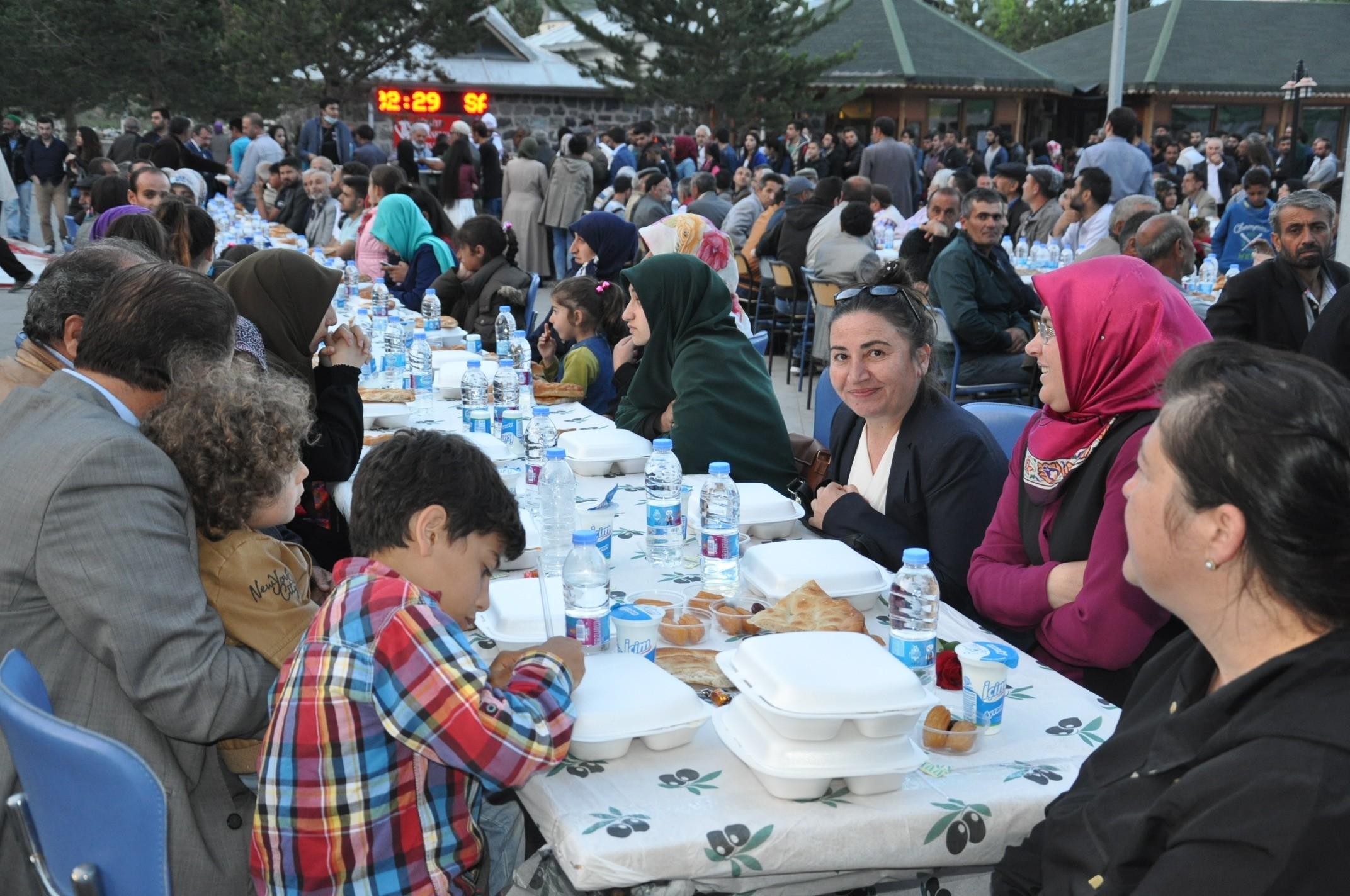 bakan-zeybekci-karsta-iftar-yemegi-(7).jpg