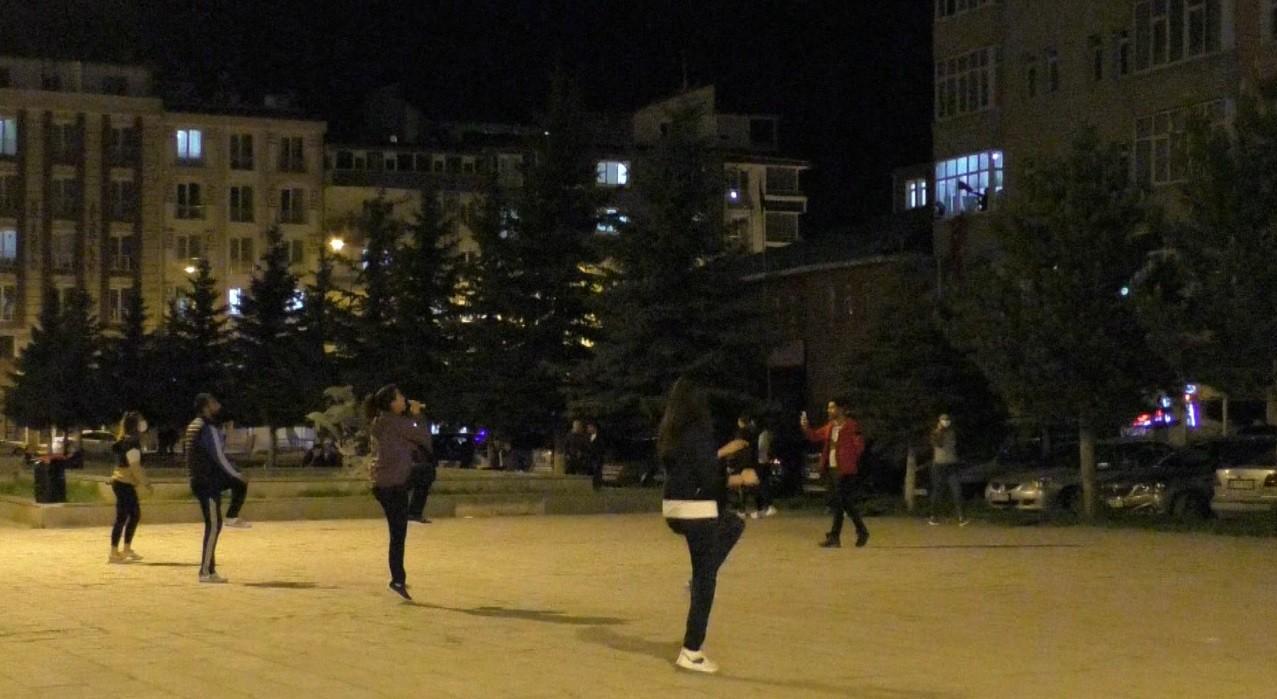 kars'ta-antrenorler-sokakta,-vatandaslar-balkonda-spor-yapti-(2).jpg