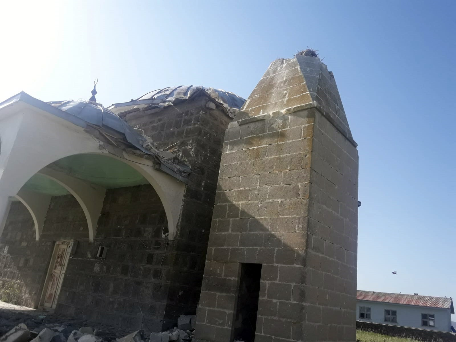 kars'ta-camiye-yildirim-dustu,-minare-yikildi-(4).jpg