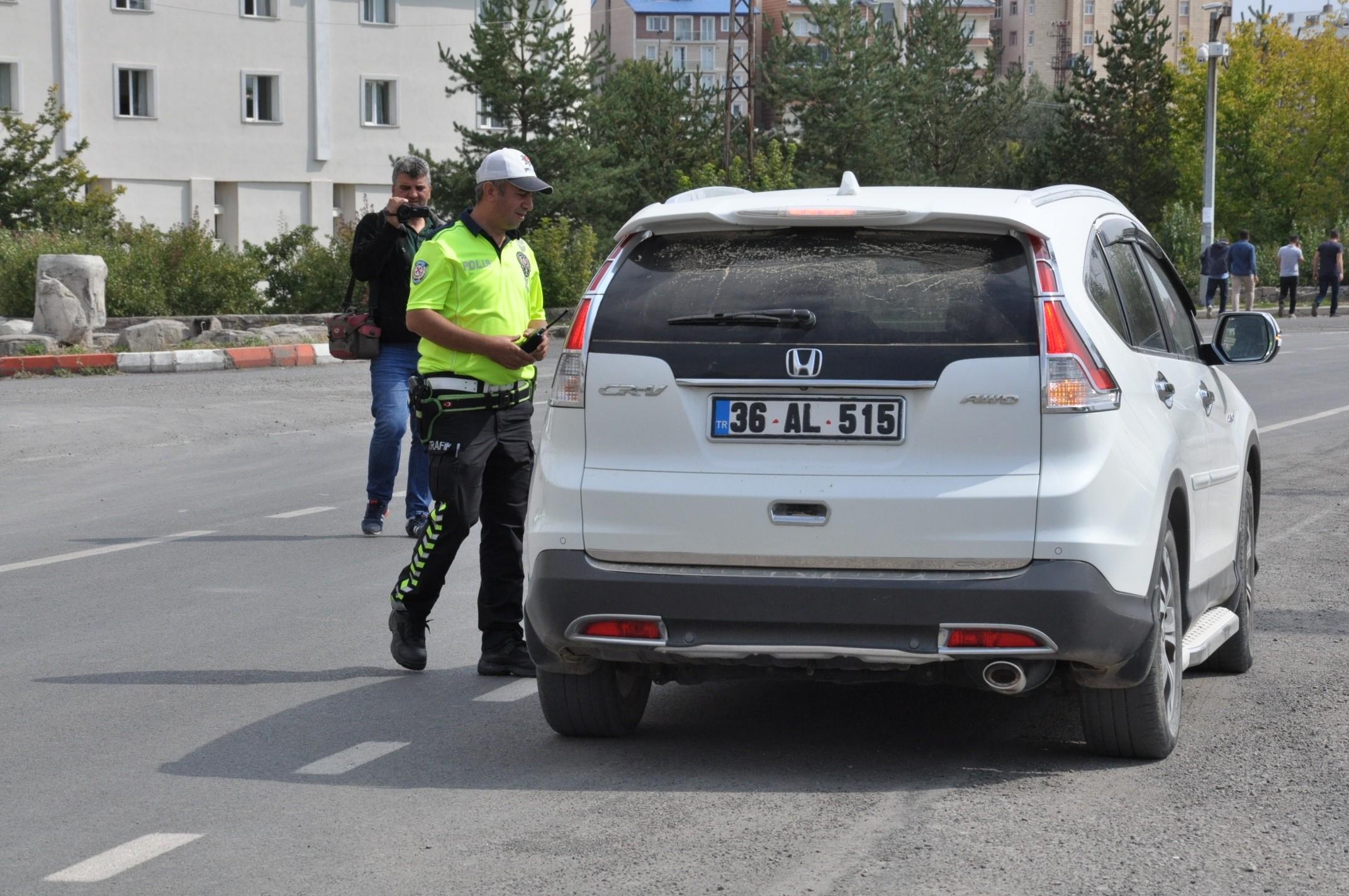 kars'ta-trafik-ve-asayis-uygulamalari-devam-ediyor-(3).jpg