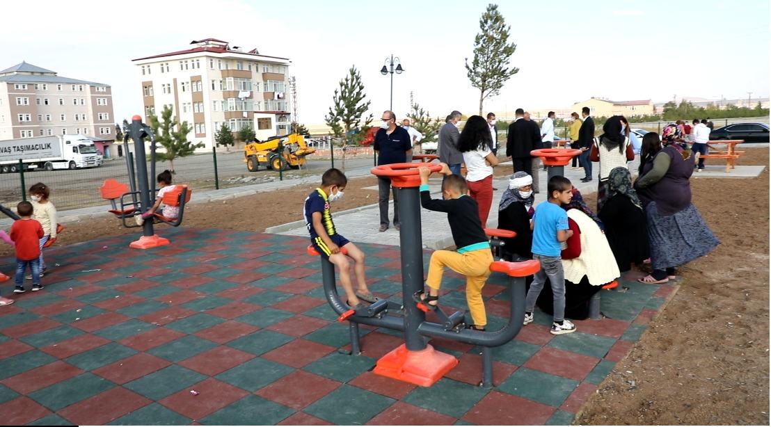 kars-belediyesi-daha-once-parki-olmayan-mahallelere-cocuk-parki-yapti-(4).jpg