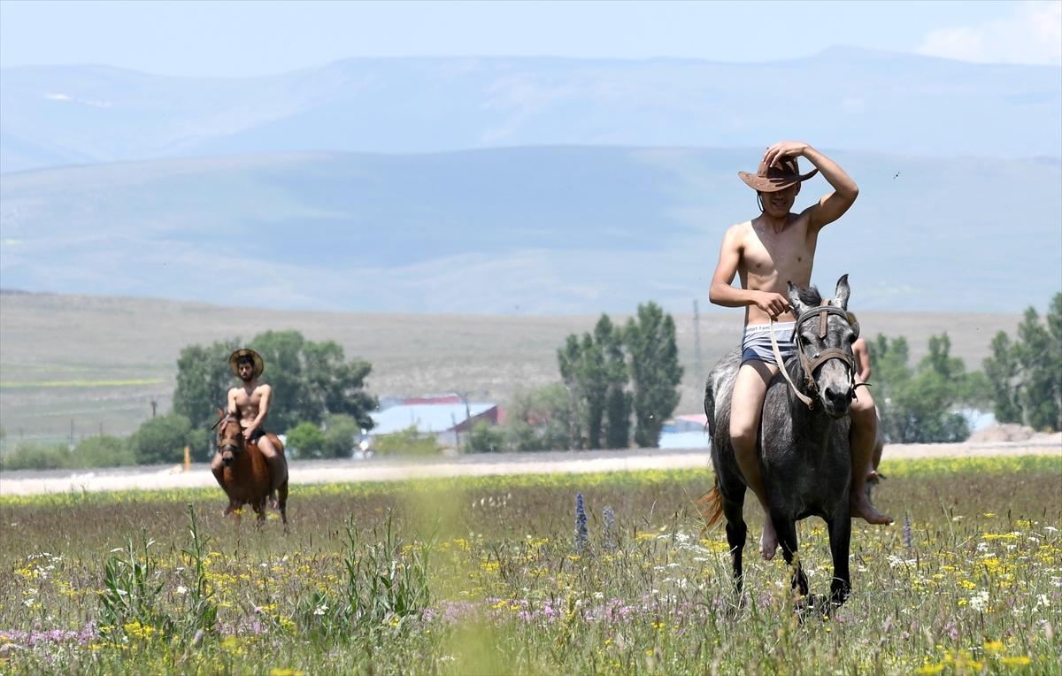 karsta-atlari-gunde-uc-kez-derede-serinletiyorlar-(9).jpg