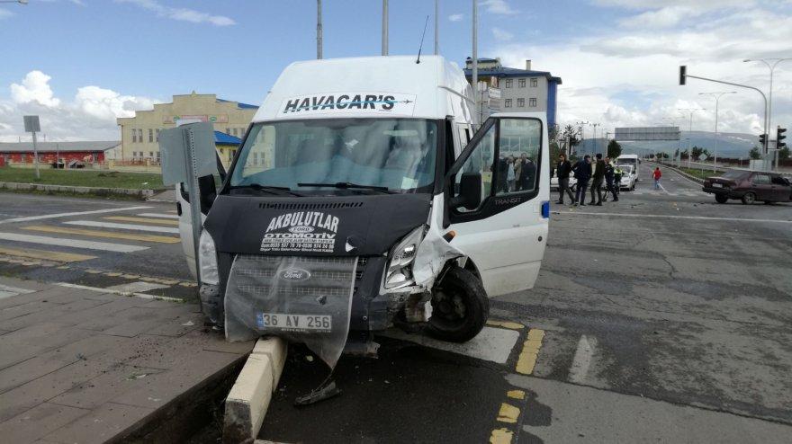 karsta-otomobil-ile-minibus-carpisti-3-yarali-(1).jpg