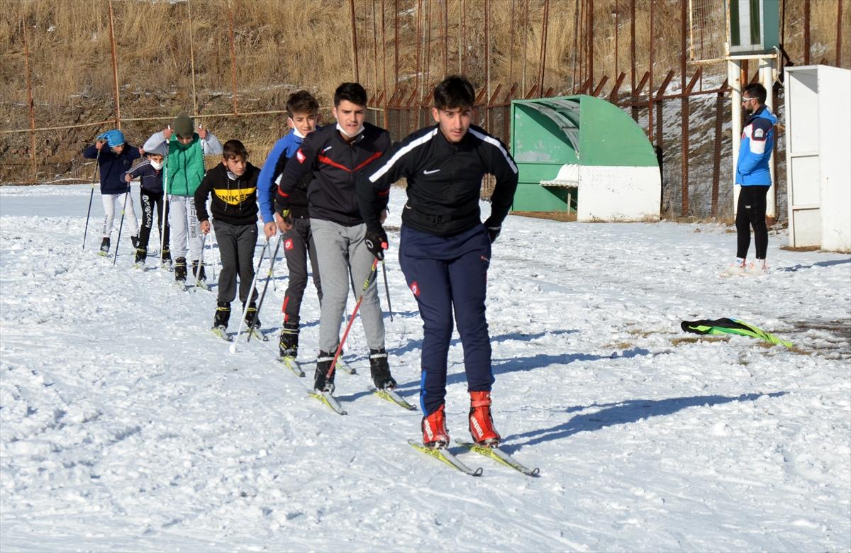 kayakli-kosucular-antrenman-icin-sahaya-indi-(2).jpg