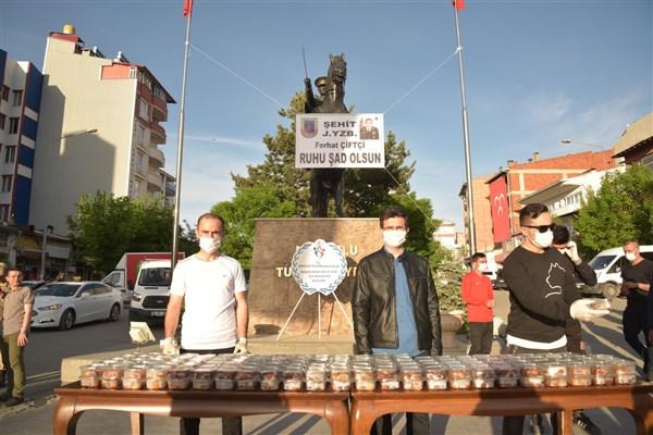 sehit-yuzbasi-ferhat-ciftcinin-silah-arkadaslari-kars'ta-lokma-dagitti-(1).jpg